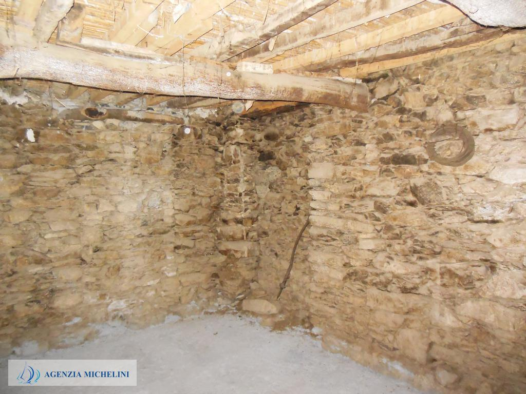 Ref. 041 - Rustic in the historic center to be restored.