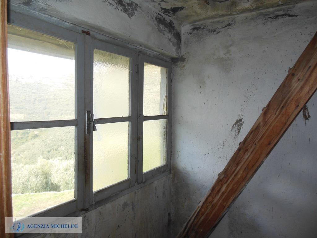 Rif. 121 – Casa di paese da terra a cielo con terrazza panoramica e cantine. Da ristrutturare.