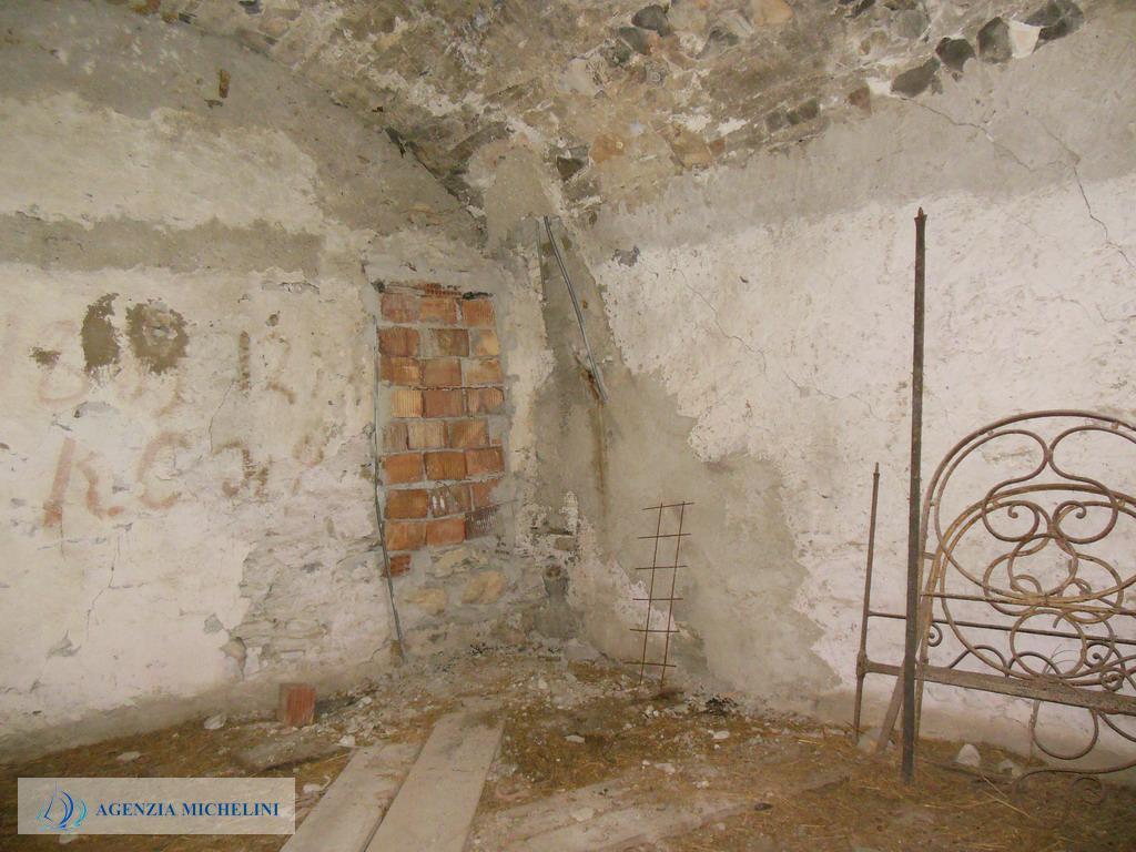 Rif. 038 – Casa di paese in pietra con vecchio frantoio.