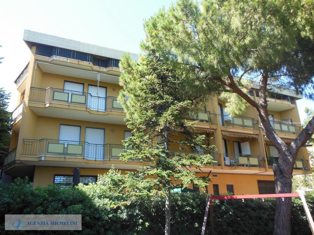 Rif. 001 – Centralissimo trilocale con terrazze e balcone. Massima comodità ai servizi ed al mare.